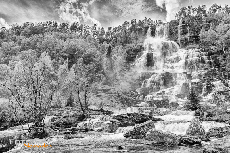 Fotonomaden-Norwegen-Schwarzweiß-Wasserfall