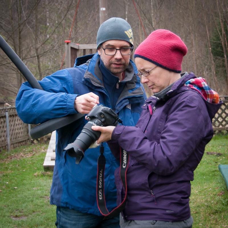 Fotografieren lernen: Fotograf erklärt Workshop-Teilnehmerin Kameraeinstellung - Fotonomaden