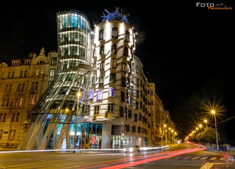 Nachtaufnahme tanzendes Haus Prag