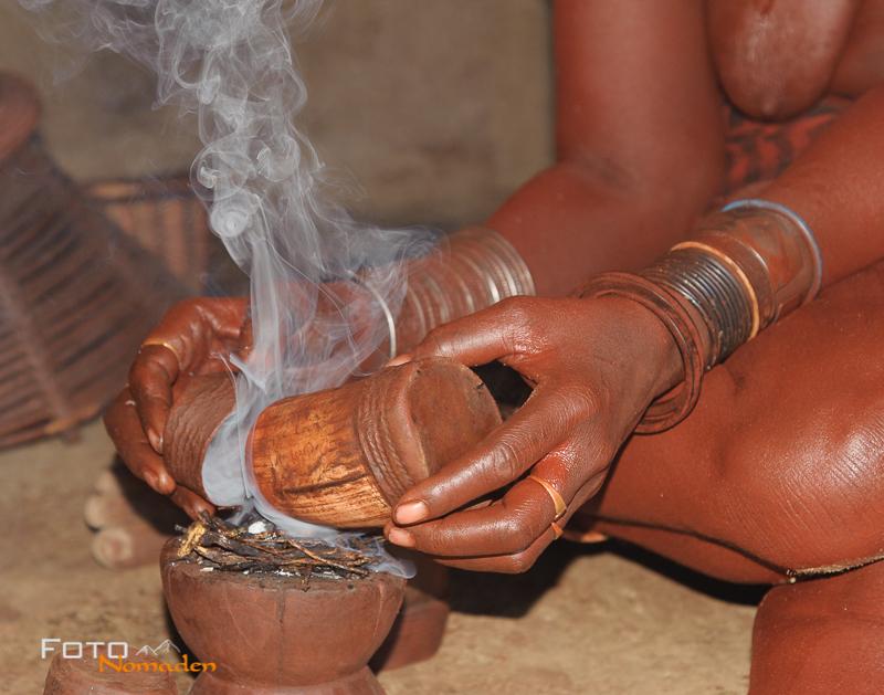 Namibia Rundreise Fotonomaden Himba Körperpflege