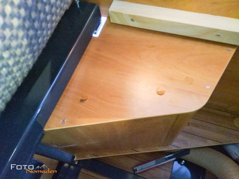 Verkleidung unter der Sitzbank - Schrauben lösen