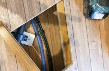 Loch im Boden wird mit vorhandenem Holz geschlossen