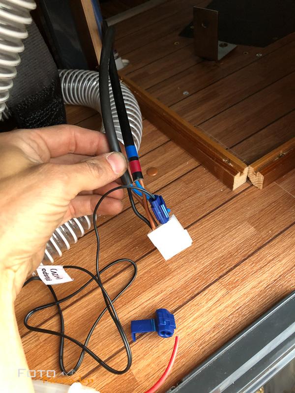 Von der ehemaligen Spülung holen wir uns 12 Volt Strom für den Lüfter