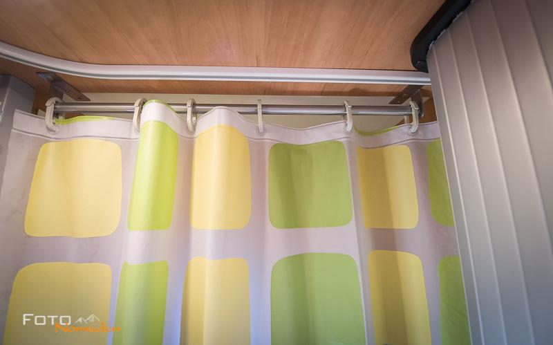 Vorhangstange mit Duschvorhang