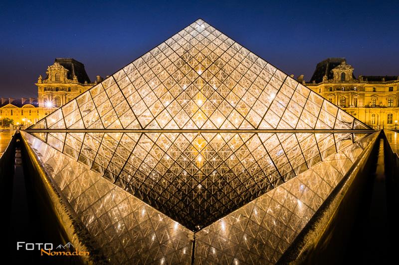 Paris Fotospot: Louvre Pyramide beleuchtet bei Nacht mit Spiegelung