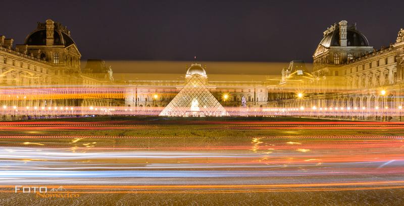Langzeitbelichtung, Nachtaufnahme vom Louvre Museum und Pyramide in Paris