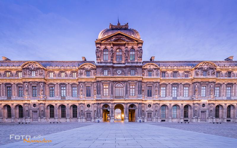 Paris Fotospot: Musée du Louvre beleuchtet bei Sonnenaufgang