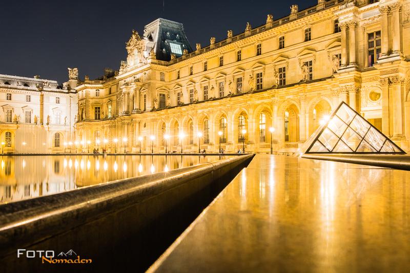 Fotospot: Louvre Museum in Paris bei Nacht