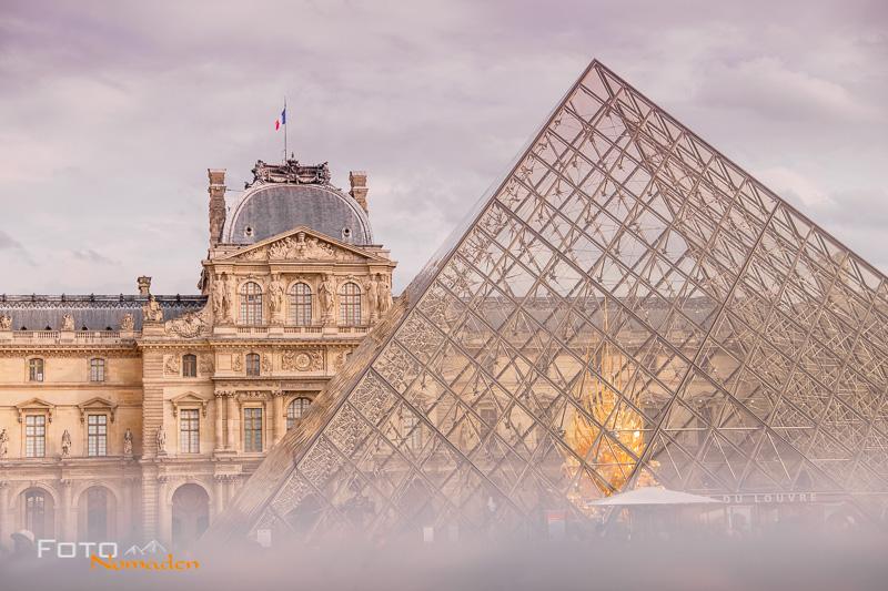 Paris Fotospot: Louvre Pyramide bei bewölktem Himmel bei Tag