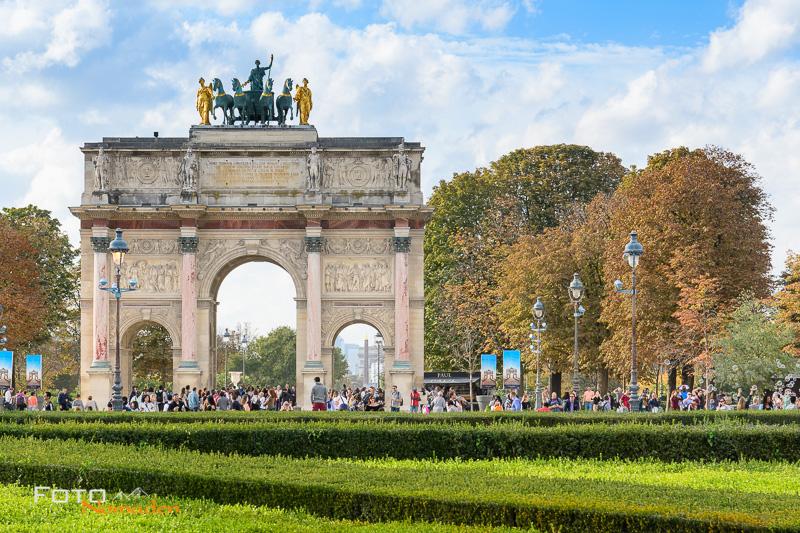 Arc de Triomphe du Carrousel mit vielen Touristen untertags