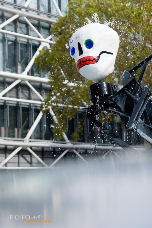 Paris Fotospot: Skelett Plastikskulptur im Fontaine Stravinsky von Jean Tinguely und Niki de Saint Phalle