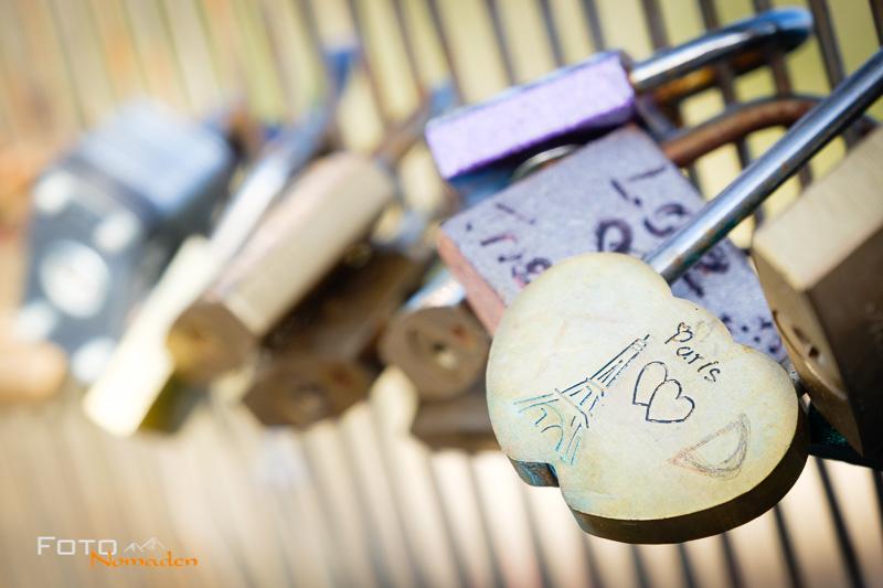 Detailfoto von Schlössern an einer Pariser Brücke