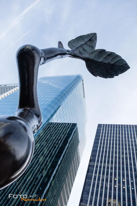 Paris Fotospot: Wolkenkratzer und Skulptur im Viertel La Défense