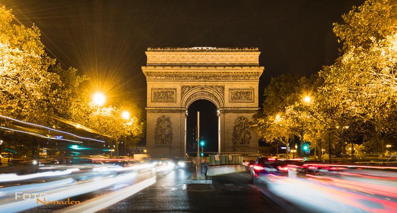 Arc de Triomphe de l'Ètoile bei Nacht mit Baustelle