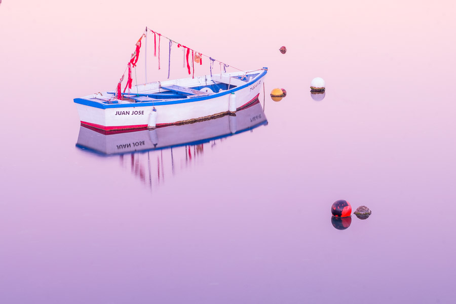 Boot mit rosa Morgenstimmung im Charco de San Ginés, Lanzarote
