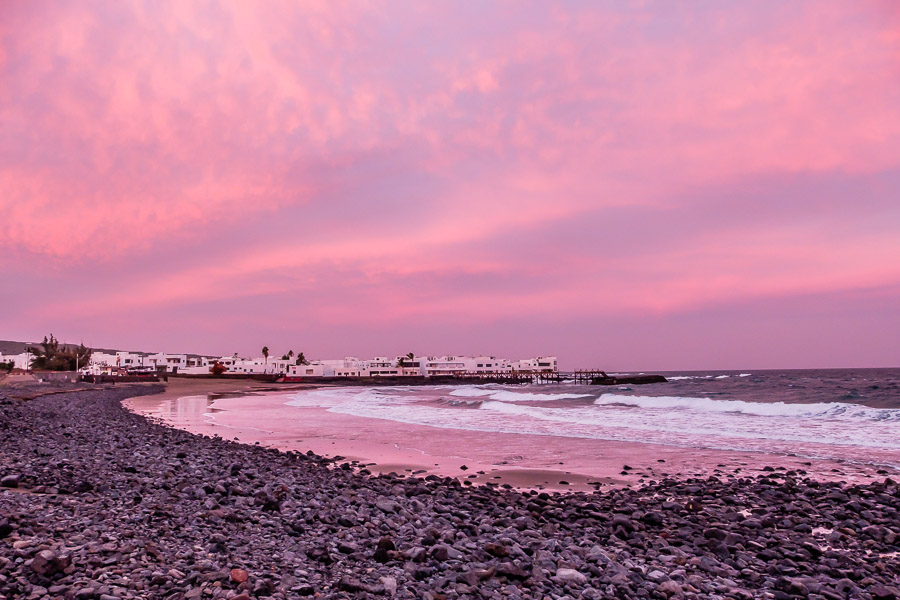 Rosa Sonnenuntergang in Arrieta auf Lanzarote