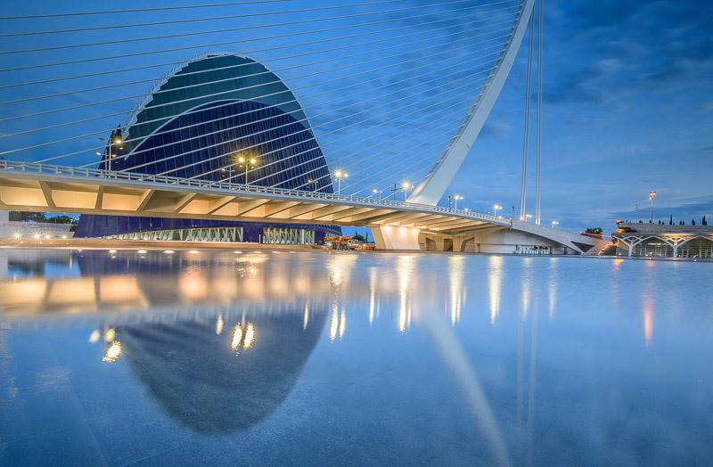 Àgora in Valencia zur blauen Stunde mit Beleuchtung