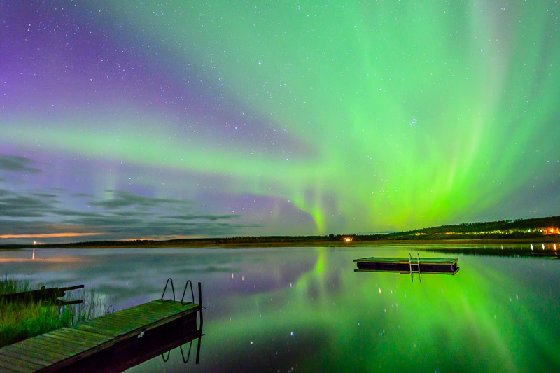 Nordlichter in Finnland mit Spiegelung im See