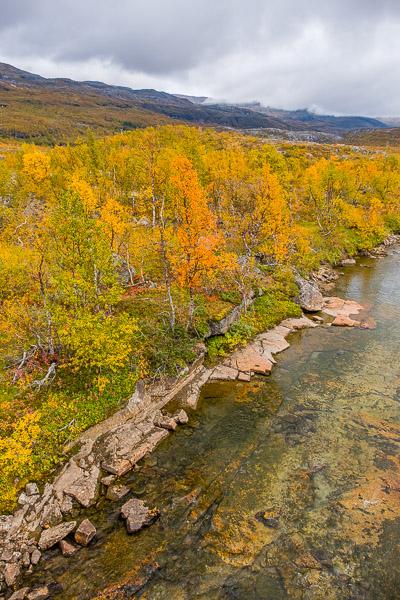 Ruska Lappland Blick von oben auf Fluß und bunte Wälder
