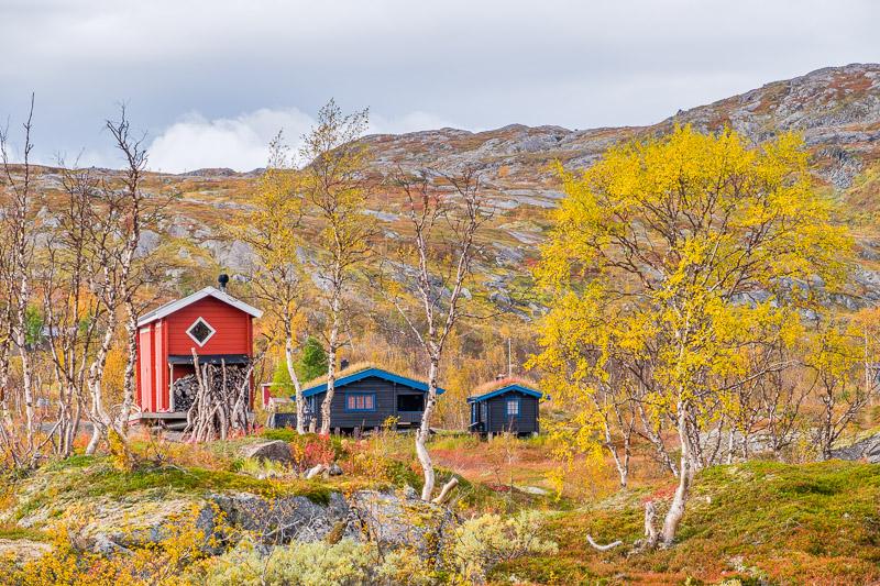 Hütten in Herbstlandschaft, Ruska in Lappland