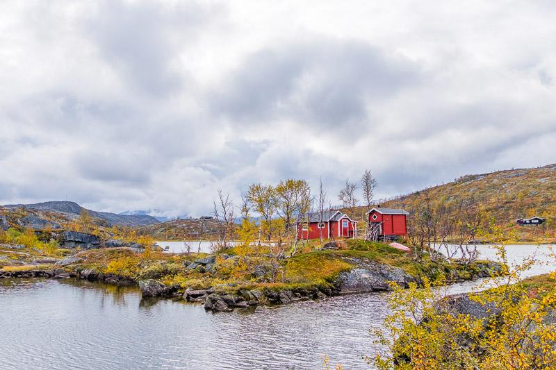 Hütten am Wasser im Herbst bei Ruska in Lappland