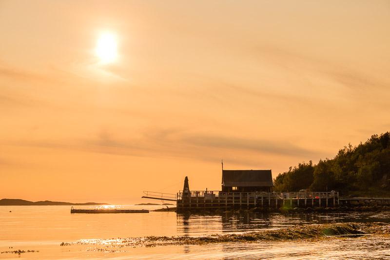 Bild am Strand mit Hütte zu Sonnenuntergang