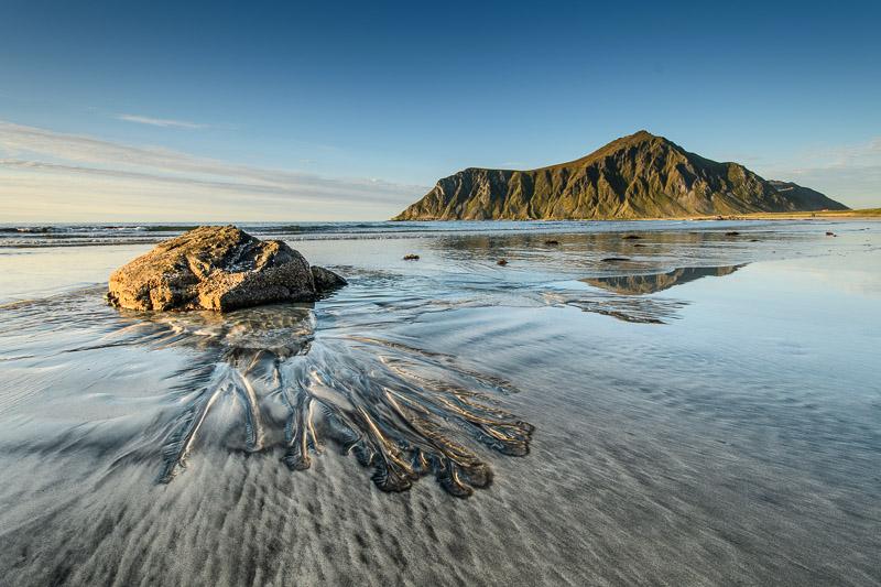 Strandbilder: Strand mit Felsen in Norwegen Fotonomaden