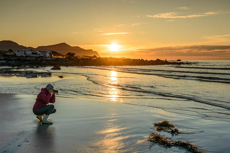 Strandfototipps Frau fotografiert am Strand mit Gummistiefeln