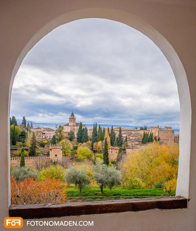 Blick aus Fenster der Alhambra in Granada, Andalusien im Herbst