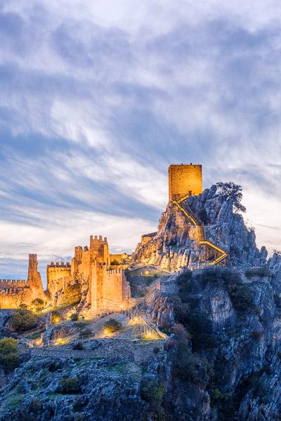 Beleuchtete Burg von Iruela bei Nacht, Andalusien