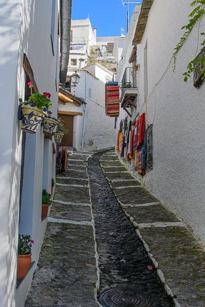 Gasse mit Teppichen in Pampaneira, Sierra Nevada, Andalusien