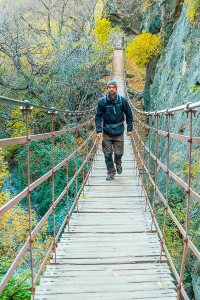 Markus auf Hängebrücke bei Ruta de los Cahorros in Andalusien