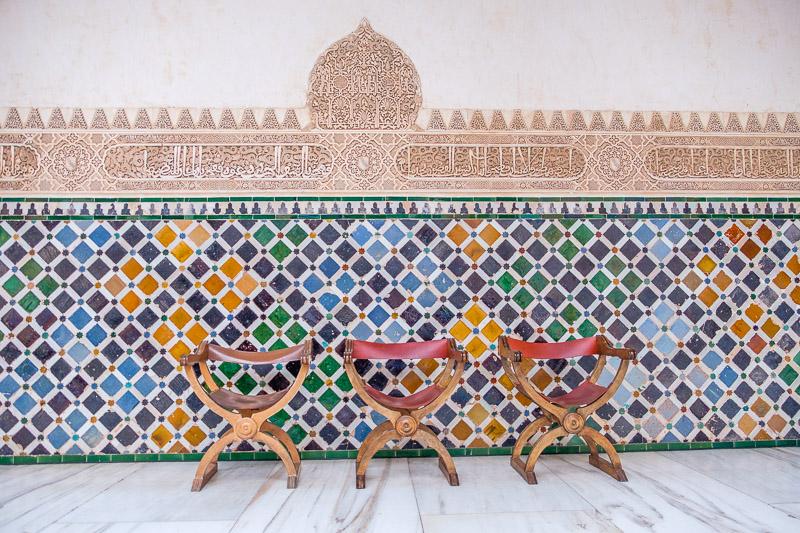 Mosaik und Stühle in der Alhambra von Granada in Andalusien