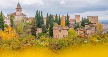 Blick auf die Alhambra im Herbst