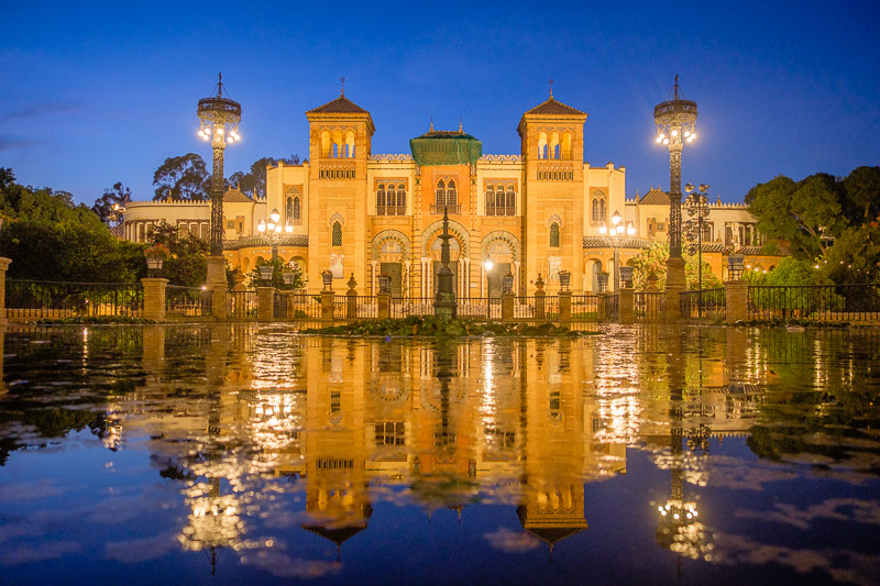 Archäologisches Museum von Sevilla beleuchtet bei Nacht, Andalusien