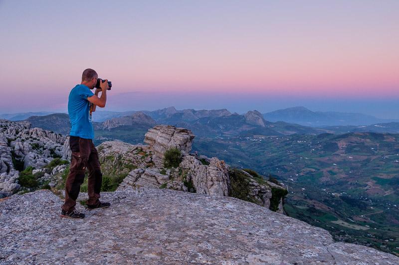 Markus fotografiert bei Sonnenuntergang in Torcal de Antequera, Andalusien