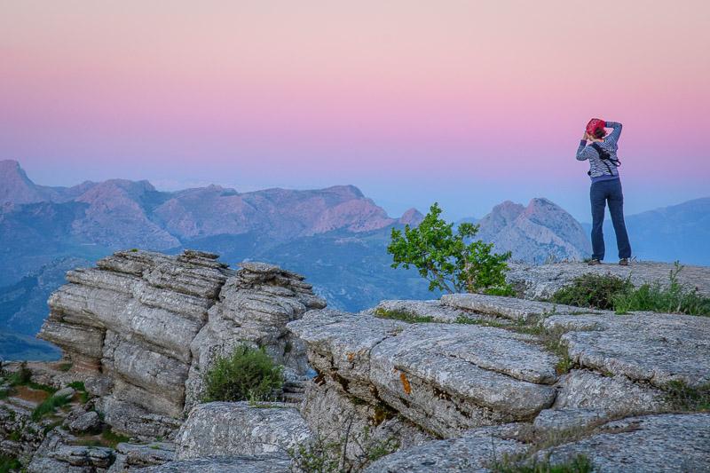 Karin fotografiert bei Sonnenuntergang die Berge in El Torcal