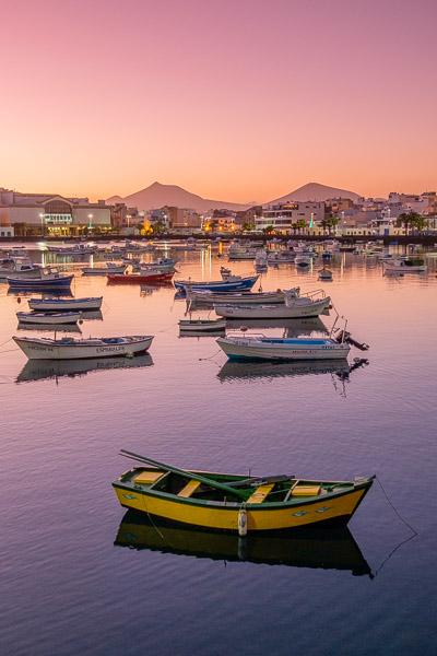 Rosa Abendstimmung im Hafen von Arrecife auf Lanzarote