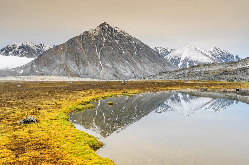 Bergspitzen spiegeln sich im Wasser in Norwegen