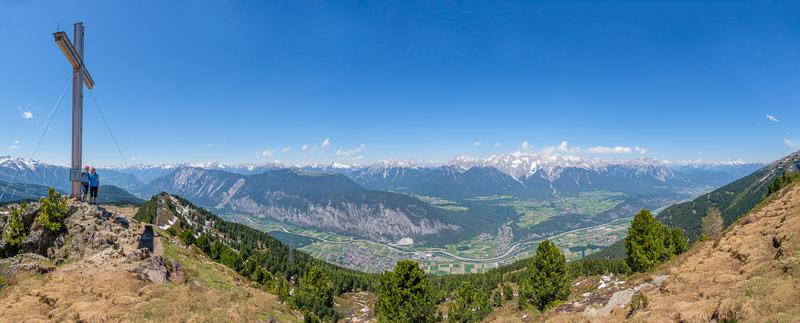 Tiroler Bergpanorama mit Gipfelkreuz