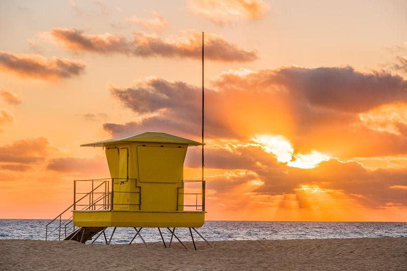 Sonnenaufgang mit gelber Hütte auf Fuerteventura