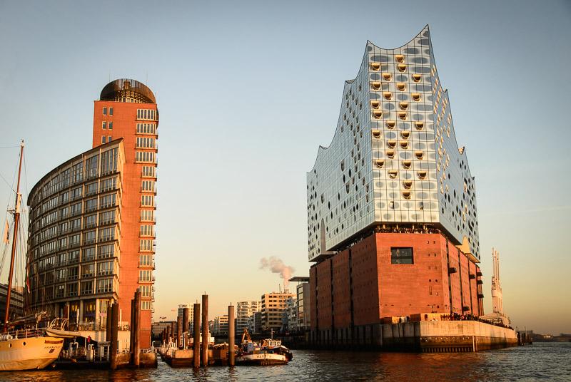 Winter Reiseziel Hamburg: Elbphilharmonie im Abendlicht