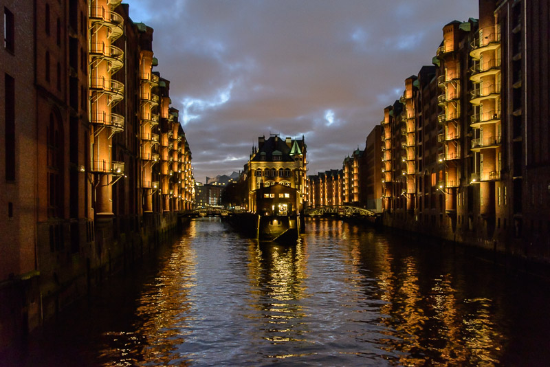 Winter Reiseziel Hamburg: Fleetschlößchen beleuchtet, Nachtaufnahme