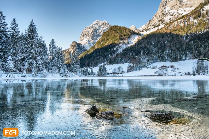 Winterfoto von gefrorenem See und Bergkulisse, Hintersee, Ramsau bei Berchtesgaden