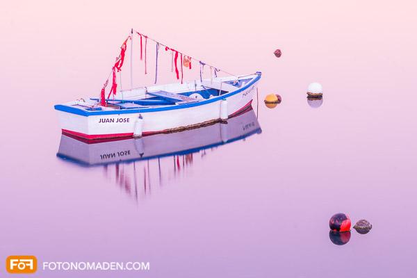 Holzboot mit Spiegelung, endgültiges Foto