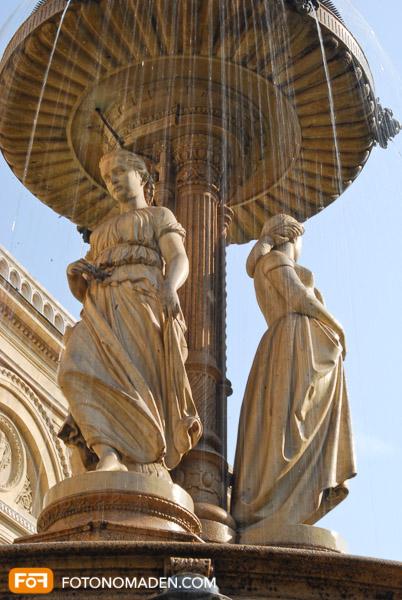 Manuell fotografieren: Statue mit verwischtem Wasser durch Langzeitbelichtung