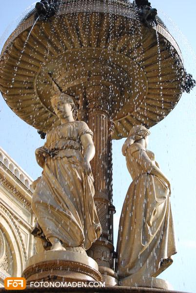 Statue manuell fotografiert mit eingefrorenen Wassertropfen