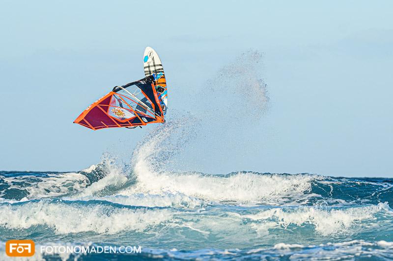 Surfer im Sprung manuell fotografiert