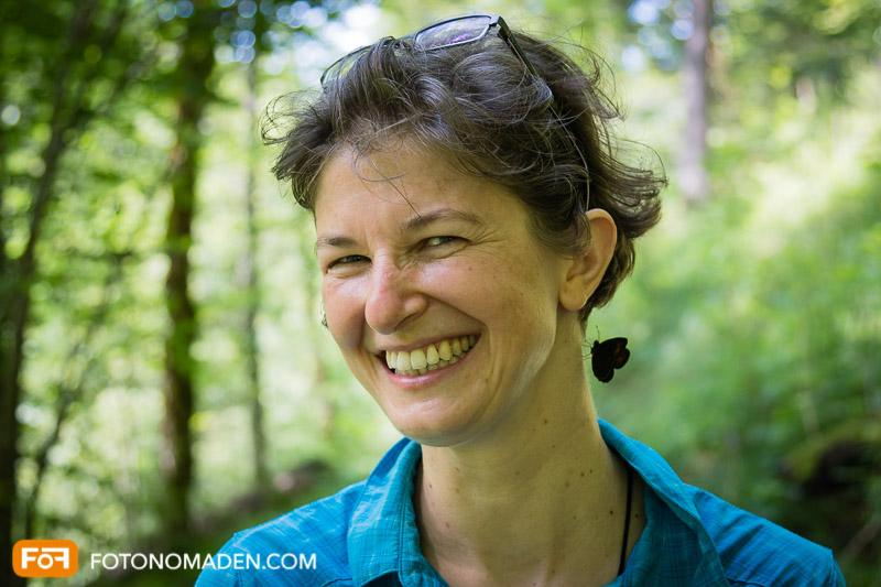Frauenporträt im Wald mit unscharfem Hintergrund