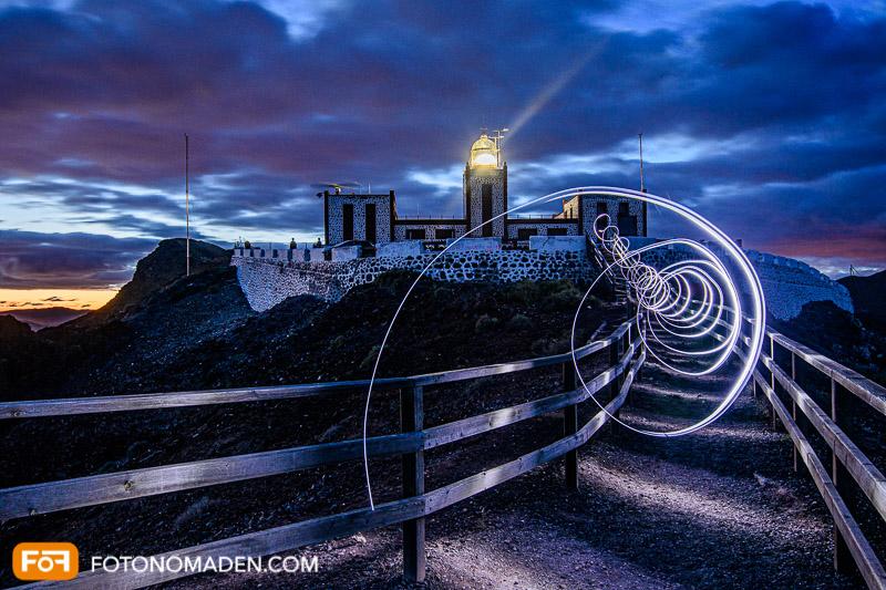 Nachtaufnahme mit Lichtmalerei vor Leuchtturm